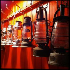 lamps old things things red interior Antique Lanterns, Red Interiors, Shades Of Red, Lamps, Nostalgia, Old Things, Antiques, Vintage