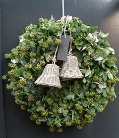 Google Afbeeldingen resultaat voor http://www.bloematelier-degroeneweelde.nl/workshops/kerst-workshops2009/kerstkrans.jpg