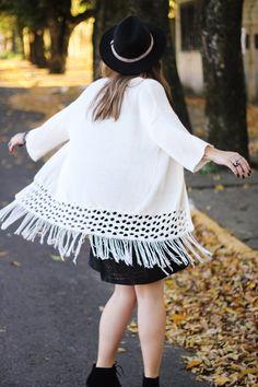 Look Boho/Folk com Vestido de Camurça preto e Kimono de tricot branco. Chapéu e botas tratoradas para finalizar a composição!