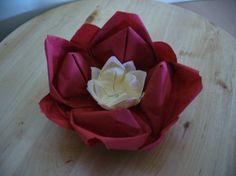 Piros- krém színű virág szalvéta asztaldísz