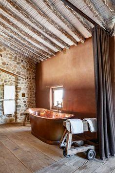 Espanjalainen ekofarmi saa haukkomaan henkeä – katso ihanat kuvat mysteerisen liikemiehen maatilalta! - Deko Bathroom, Deco, Washroom, Bathrooms, Bath
