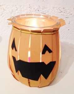 Quand le pot de yaourt se transforme en lanterne terrifiante... Candle Jars, Candles, Ipad, Halloween, Superhero Logos, Inspiration, Yogurt Cups, Visual Arts, Lantern