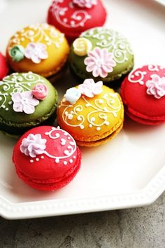 Macarons decorados con glasa real.