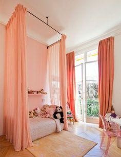 rideaux voilage enfant de couleur orange avec un plafond blanc