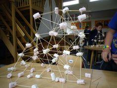 Opdracht Techniektoernooi: Maak een toren van sateprikkers en marshmallows.
