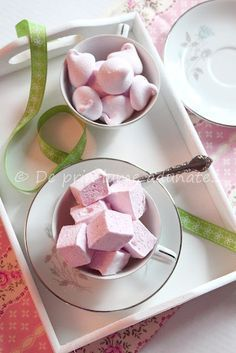Homemade Raspberry Marshmallows--use foods that will color them the right hue: chocolate, blue raspberry syrup/curacao syrup, and peach/raspberry or mango/raspberry smoosh. Recipes With Marshmallows, Homemade Marshmallows, Marshmallow Recipes, Yummy Treats, Sweet Treats, Yummy Food, Meringue, Just Desserts, Dessert Recipes
