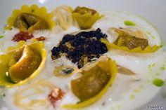 Ensalada Griega Tortelli: Tomate, jalea de pimienta verde, alcaparras, espuma de queso feta, aceitunas secas, migas de pan y chips de cebolla - Descubrir Santorini
