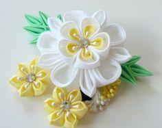 Pinza de pelo de flores de tela Kanzashi. Kanzashi blanco y amarillo. Pinza de pelo de flor blanca. Pedazo del pelo japonés. Pinza de pelo oriental.