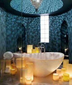 duas ou tres velas grandes ao fundo da banheira