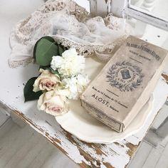 _    仕事帰り お花屋さんに寄って バラとカーネーション 買ってきた 生花で楽しんだら ドライに〜 フランスの花リムプレート と枯れた古い箱 が届きました♪