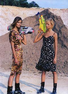 Vogue Editorial November 2001 - Carmen Kass & Karolina Kurkova by Steven Klein Vogue Editorial, Editorial Fashion, Moda Fashion, 90s Fashion, World Of Fashion, Fashion Poses, Carmen Kass, Vogue Us, Mode Editorials