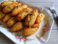 This typical Portuguese recipe of cod fritters is appreciated by all, can be served with lettuce salad or with a delicious tomato rice. Portuguese Cod Recipe, Portuguese Desserts, Portuguese Food, Cod Recipes, Cooking Recipes, Healthy Recipes, Curry Recipes, Classy Finger Foods, Fried Fish Recipes