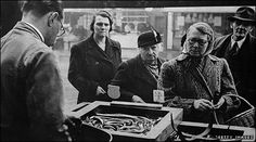 jellied eels sold in the from market stall.looks like Kelly Vintage London, Old London, London Life, London Street, Candid Photography, Street Photography, Jellied Eels, London People, Irish Catholic