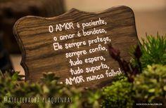 """Nossa plaquinha de mesa modelo """"toscana"""", pelas lentes do @ricardoharafotografia , no @espacolis343!  . #ateliebaoba #ateliebaobaplaquinhas #plaquinha #plaquinhas"""