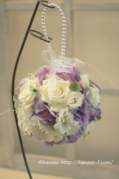 バラをメインに、トルコやあじさいなど、キュッと詰めてあげるとお花びらがヒラヒラになるお花を集めたボールブーケ。 どの角度から見ても真ん丸なんです...
