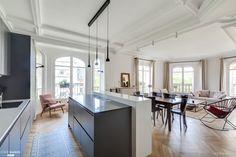 Une pièce de vie avec cuisine, salle à manger et salon