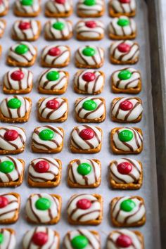 25 adorable Christmas treats to make with your kids! Easy Christmas desserts and edible gift ideas. Christmas Finger Foods, Christmas Treats To Make, Christmas Pretzels, Christmas Desserts Easy, Best Christmas Recipes, Christmas Party Food, Holiday Treats, Christmas Baking, Christmas Cookies