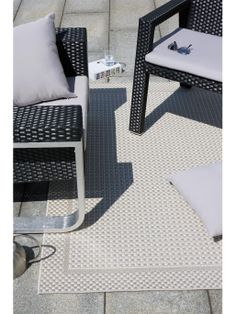 Puristische Eleganz in Reinform: Durch die leicht variierte Farbgebung setzt sich auf dem Teppich Naoto aus der neuen benuta-Kollektion als hübsches Detail ein dezenter Rahmen ab. Er eignet sich wunderbar als Outdoor-Teppich zur Gestaltung von Garten und Terrasse, ist GUT-zertifiziert und somit garantiert schadstoff- und geruchsfrei.