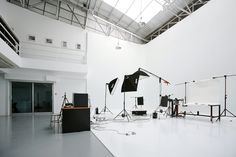 Complete studio photography guide: tips on studio photography equipment, lighting kits and setups, camera settings and posing models. Check out how to take stunning studio photography even at home. Photography Studio Spaces, Photography Office, Photography Tips, Spotlight Photography, Portrait Photography, Inspiring Photography, Professional Photography, Photography Women, Product Photography