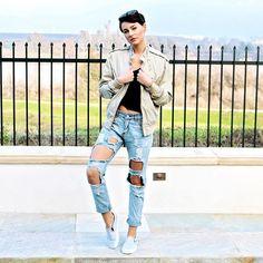 It's Friday.. Get RIPPED!  #OOTD  Jacket @membersonlyusa  Jeans @topshop  Shirt @currentelliott  Shoes @vans  Glasses @rayban  #boxybabe @shakeshaftz  www.boxygirl.com #instaglam #makeupbox #ootd #topshop #currentelliott #membersonly #rayban #vans #fashionistas #fashionfriday