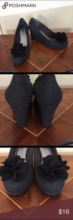 """Lindsay Phillips Felt Wedges Size 8 NWOT Lindsay Phillips Gray Wedges Size 8 NWOT. Bows can come off and you can buy other things to change shoes to new designs. Measurements appropriately  3"""" Heel  Please ask all questions prior to buying Lindsay Phillips  Shoes Wedges"""