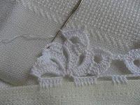 Facebook Twitter Pinterest LinkedIn Google + Bordo fiorito all'uncinetto molto semplice e delicato,utile per realizzare bordure per tovaglie,asciugamani e lenzuola. Per realizzare questo bordo fiorito all'uncinetto occorre: del filato di cotone e un uncinetto,e si lavora direttamente sul tessuto. 1° giro,sul tessuto fare ,5 maglie alte, saltare 1 cm di tela , 5 catenelle,ripetere per … Crochet Baby Dress Pattern, Crochet Edging Patterns, Crochet Borders, Doily Patterns, Crochet Trim, Filet Crochet, Crochet Shawl, Crochet Designs, Crochet Lace