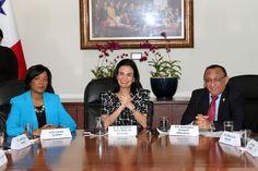 Isabel Saint-Malo (c), Vicepresidenta de Panamá y Liriola Leoteau, directora del Instituto Nacional de la Mujer, una reunión para intentar la incorporación efectiva de la violencia contra la mujer en la agenda social del Estado panameño.