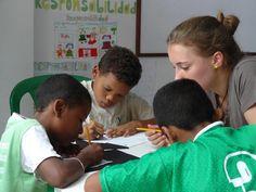 En la biblioteca de El Refugio, los niños realizan sus tareas con ayuda del cuerpo voluntariado de la fundación.