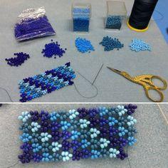 """112 Likes, 9 Comments - Misa Bijouterias - Piracicaba (@misabijoux) on Instagram: """"Trabalho em andamento  Miçangas em vários tons de azul compõem o desenho desta pulseira, trama…"""""""