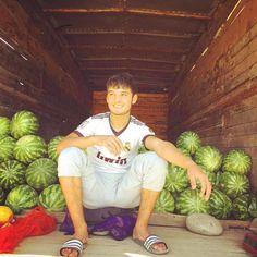 Wassermelonen Zeit in #kirgistan hartes #workout für die Arme das Ausladen der ! Schmecken tun sie wunderbar #market #realmadrid