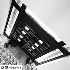Så utrolig flott og stilfullt hos @villavonne #swedoor #swedoorno #semindør #mindrømmedør #endørgjørforskjell #jegelskerdører #leon #dør #ytterdør #interiør #innredning #inspirasjon #boligunivers #nybygg #renovering #oppussing #nyedører #boligmedstil #nordicliving #dørløsninger #dørunivers