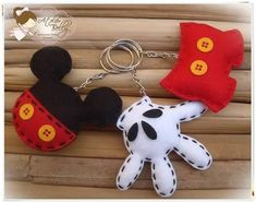 Mickey mouse keychains in 3 styles in felt Disney Diy, Disney Crafts, Felt Diy, Felt Crafts, Fabric Crafts, Sewing Crafts, Sewing Projects, Mickey Party, Mickey Minnie Mouse