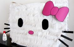 DIY Hello Kitty Pinata for birthday Party!  #hellokitty #pinata #birthday #birthdayparty #Kinder #Kindergeburtstag #Party #Pinata #DIY #kinderdiytrends #basteln #Krepppapier #Bastelidee #creative #craft #Vorlage #template