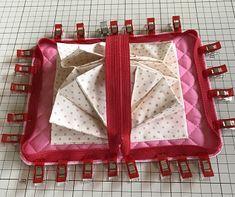 最強カード収納ポーチ、ジャバラポーチの作り方(図解入り) | hapimade手芸教室|ハンドメイド・手作りのお手伝い Fabric Bags, Diaper Bag, Lunch Box, Pouch, Purses, Knitting, Sewing, Projects, Handbags