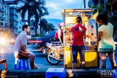 Sanwichs dans les rues  Les sandwichs ne sont pas un plat traditionnel du Vietnam. C'est un mets d'origine étrangère et implanté au Vietnam depuis longtemps. Mais il est bien modifié pour s'adapter vraiment au propre goût des vietnamiens. Peu à peu, il est devenu des sandwichs parfaitement vietnamiens avec les saveurs distinctives par rapport à ceux à l'étranger.