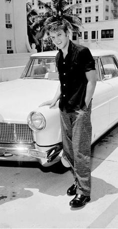 Elvis purchased a white Lincoln Continental Mark II on April while on tour in Miami Florida. Elvis Presley House, Graceland Elvis, Elvis Presley Photos, Elvis Memorabilia, Young Elvis, Rare Photos, Rare Elvis Photos, Vintage Photos, Latest Albums