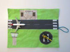Landebahn, Haus, Landschaft...sind aus Baumwollstoffen genäht.    Hat man fertig gespielt klappt man die Spielfläche um, rollt es zusammen und alles i