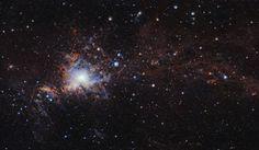 """Un articolo pubblicato sulla rivista """"Astronomy & Astrophysics"""" descrive la vista più dettagliata della nube molecolare chiamata Orione A, una delle due gigantesche nubi molecolari nel complesso nebuloso molecolare di Orione. Un team di ricercatori l'ha creata mettendo assieme immagini agli infrarossi ottenute dall'indagine VISION con il telescopio VISTA dell'ESO rivelando molte giovani stelle e altri oggetti in genere nascosti all'interno delle nubi di polvere. Leggi i dettagli…"""
