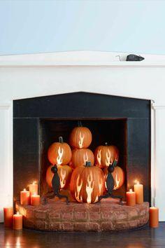 Kürbisse schnitzen, Kamin dekorieren, kleine schwarze Maus, coole Halloween Dekoideen