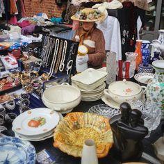 """Flohschanze: Antik- und Flohmarkt in Hamburg, Hamburg JEDEN SAMSTAG 08.00 h - 16.00 h  Die """"Flohschanze"""" ist einer der schönsten regelmäßigen Samstags Flohmärkte Hamburgs und wird von Marktkultur Hamburg veranstaltet. Er folgt dem für den Veranstalter typischen Konzept: Flohmarkt mit echtem Trödel. Unter dem Motto """"schöner trödeln"""" verteidigt Marktkultur Hamburg Antik- und Flohmärkte gegen Sonderposten- und Partiewarenmessen."""