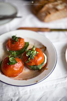 Pieczone pomidory z mozzarellą i bazylią