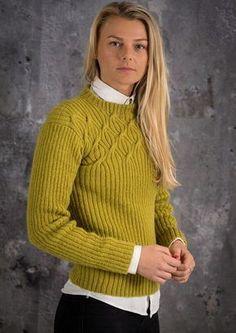 Smuk og elegant damesweater strikket i ribstrik med snoninger i bul. Denne flotte sweater er strikket i det lækre varme