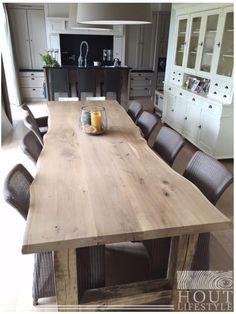 De massief landelijke eettafel aangepast aan de wensen van de klant. Outdoor Wood Table, Live Edge Table, Log Furniture, Home Staging, Farmhouse Table, Dining Room Table, Home Projects, Kitchen Remodel, New Homes