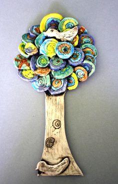 Strom s ptáčkem. Glazovaná keramika. Vytvořili školáci v našem výtvarném studiu.