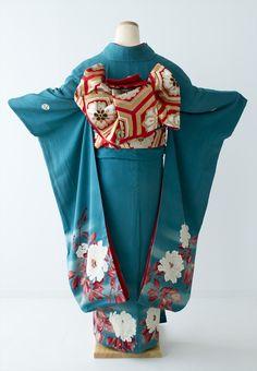 アンティーク花嫁衣裳から現代の振袖まで、個性的な着物、振袖のレンタルを楽しめるショップです。 【レンタル・アンティーク振袖】 ターコイズブルーに白牡丹 鮮やかです☆