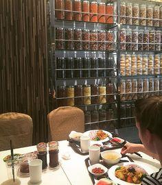 Eating in = less trash #plasticfreejuly 🍉🍶 Beaucoup hésitent à manger seul au resto, pourtant ça évite un monceau d'emballages. En plus on peut rencontrer des gens super, comme Kat une  étudiante allemande qui parle mandarin et a donc pu m'expliqué par le menu les mets du self-service chez Jen Dow #notsolonelyplanet