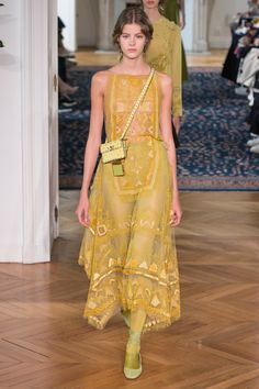 Valentino - Spring 2017 Ready-to-Wear Fashion Show Paris Fashion Week PFW