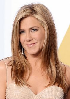 Jennifer Aniston's barely blond roots, perfectly bronzed skin, and nude lip are so beautiful