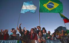 27/7 - Peregrinos aguardam a chegada do Papa no palco de Copacabana