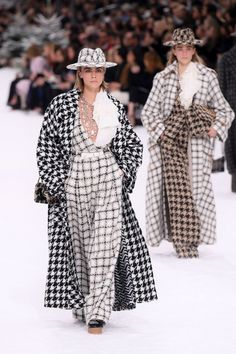 Cara Delevingne rocked a black and white checkered outfit from Karl Lagerfeld's final Chanel collection at Paris Fashion Week in March She paired the look with a matching hat atop her blonde blob. Chanel Fashion Show, Look Fashion, Couture Fashion, Runway Fashion, Autumn Fashion, Womens Fashion, Fashion Trends, Paris Fashion, Fashion Inspiration